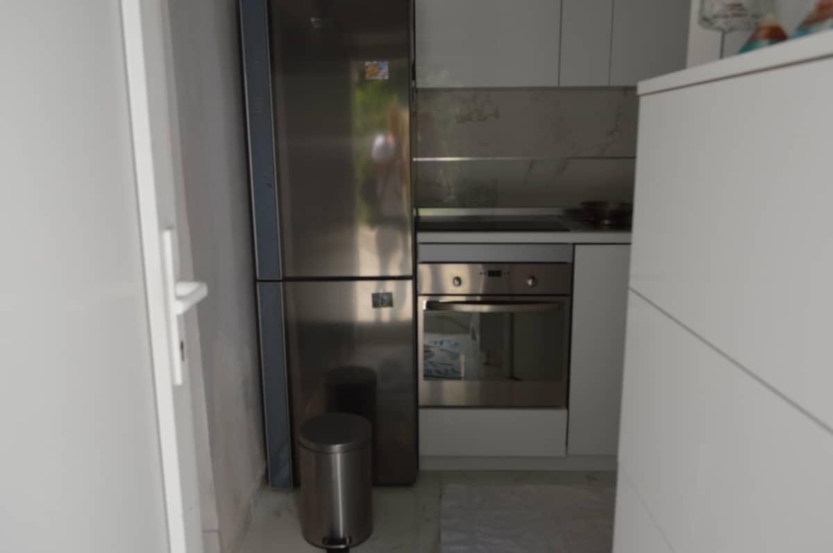 visoki frizider u kuhinji