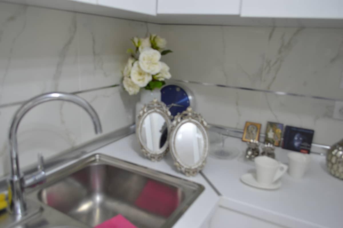sudopera sa cesmom u kuhinji