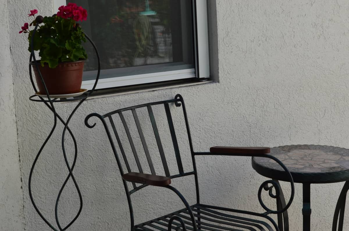 stolica sa stolom za pusace u dvoristu