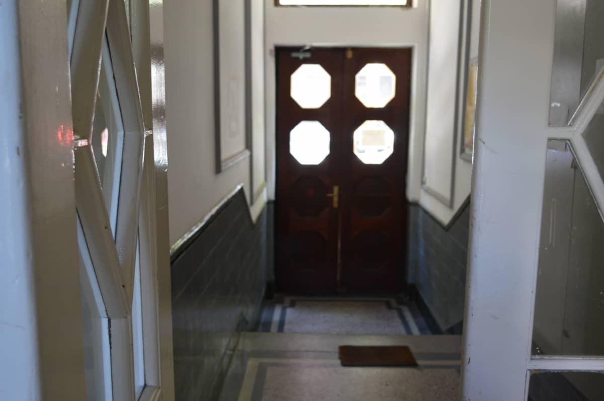 pogled ulaza iznutra zgrade apartmana