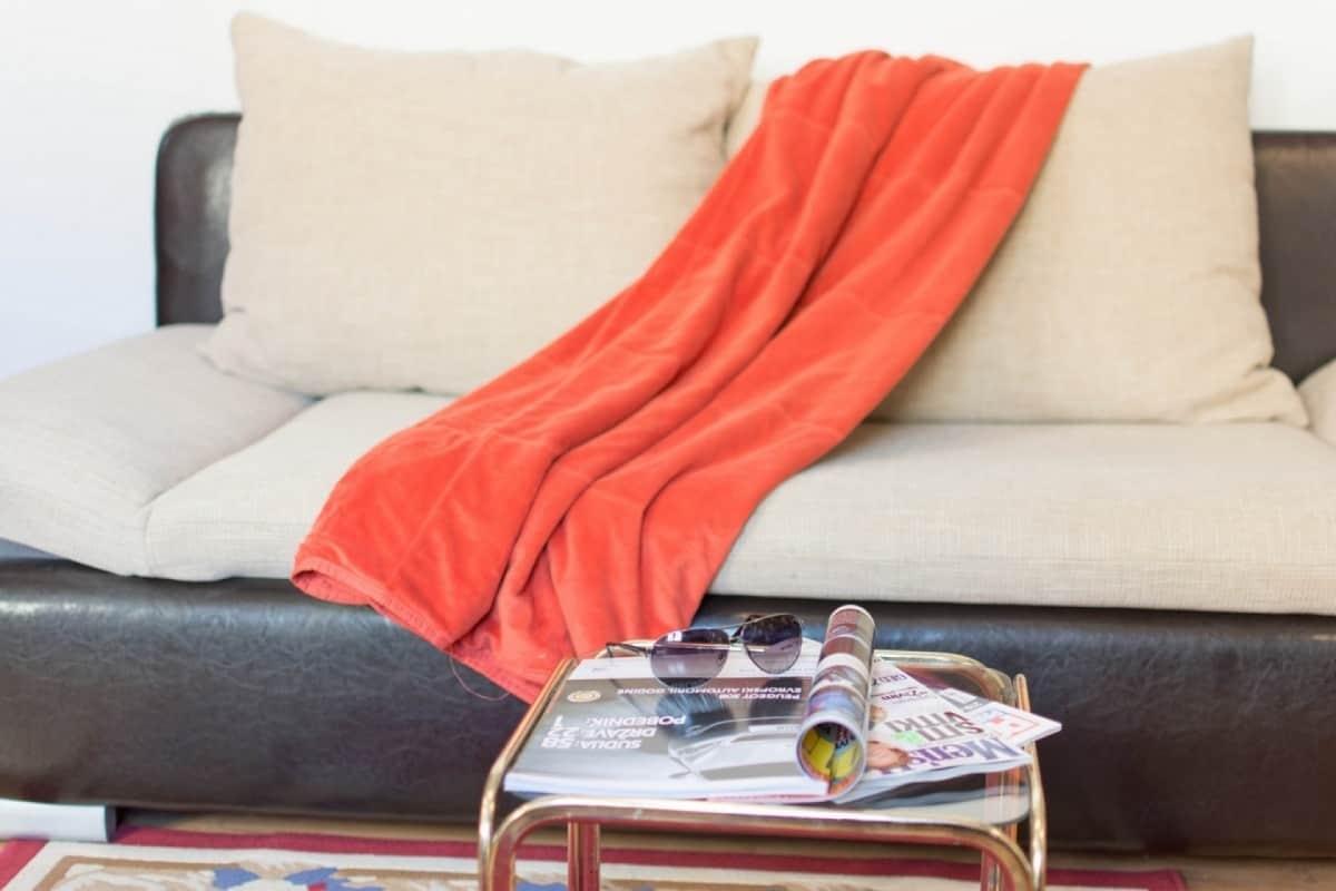vracar, krevet sa prekrivacem.