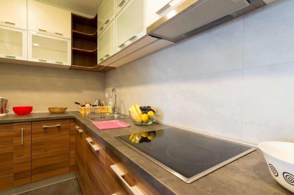 Apartman kod Bellvila i Simensa, kuhinja sa radnom plocom