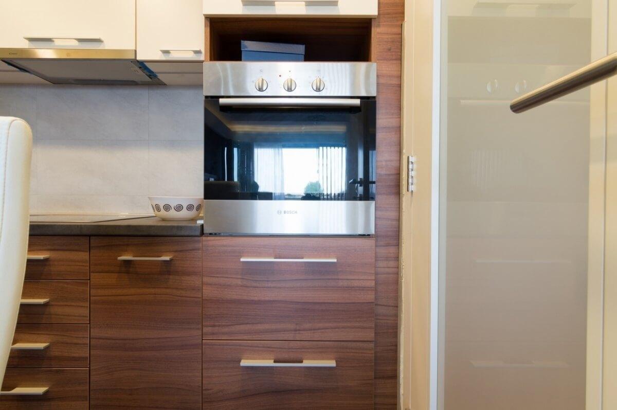 Apartman kod Bellvila i Simensa, kuhinja sa rernom