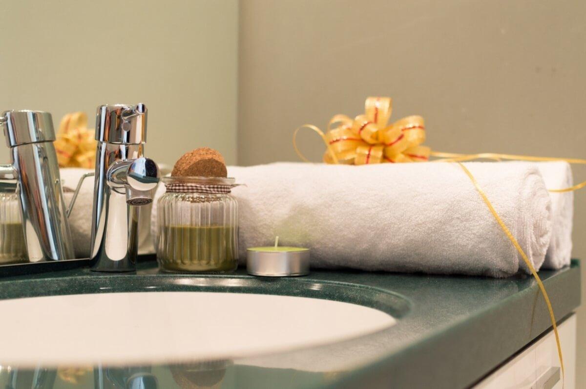 Apartman kod Bellvila i Simensa, kupatilo sa lavaboom