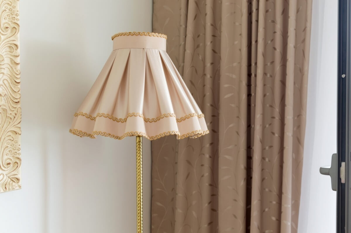 Apartman kod Bellvila i Simensa, lampa