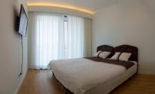 Apartman kod Bellvila i Simensa, spavaca soba sa tv-om