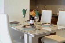 Apartman kod Bellvila i Simensa, trpezarijski sto